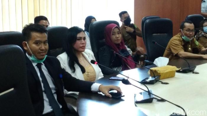 DPRD Medan mempertemukan Ratu Entok dengan pengurus PPNI Medan. DPRD Medan berharap kasus dugaan ujaran kebencian yang dilakukan Ratu Entok diselesaikan secara damai (Datuk Haris/detikcom)