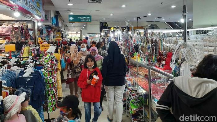 Hari Raya Idul Fitri sebentar lagi. Warga Surabaya mulai mengunjungi pusat-pusat perbelanjaan untuk mencari pakaian Lebaran.