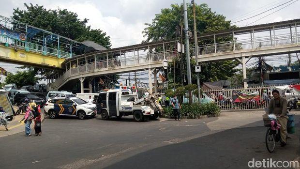Dua Mobil Dishub dikerahkan menutup Jl Kebon Jati Tanah Abang Jakpus