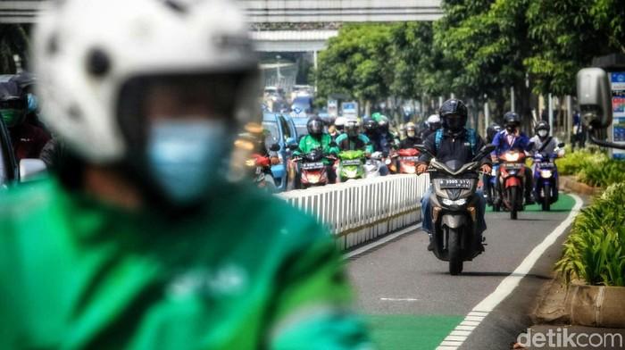 Jalur sepeda di Jakarta belum benar-benar steril. Jalur sepeda masih saja diserobot oleh kendaraan lain.