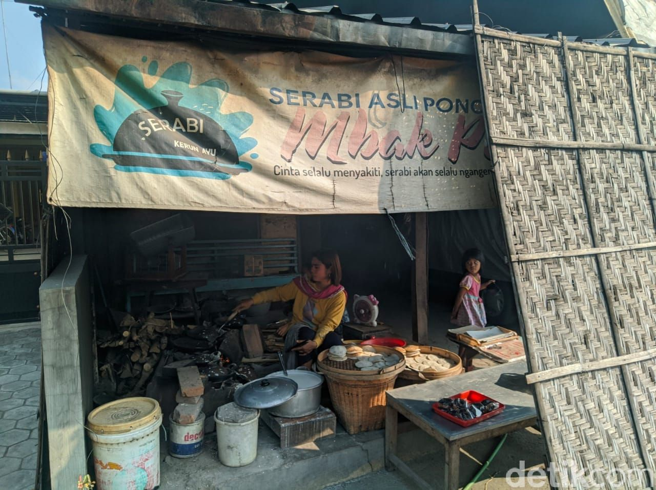 Empuk Gurih Serabi Khas Ponorogo dengan Topping Parutan Kelapa