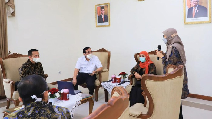 Gubernur Jawa Timur Khofifah Indar Parawansa bersama tim riset vaksin Merah Putih Universitas Airlangga (Unair) bertemu Menteri Koordinator Bidang Kemaritiman dan Investasi (Menko Marves) Luhut Binsar Pandjaitan. Pertemuan ini membahas pengembangan vaksin Merah Putih Unair.