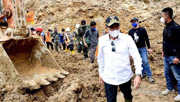 Gubsu Edy saat meninjau lokasi longsor di Tapanuli Selatan (dok BNPB)