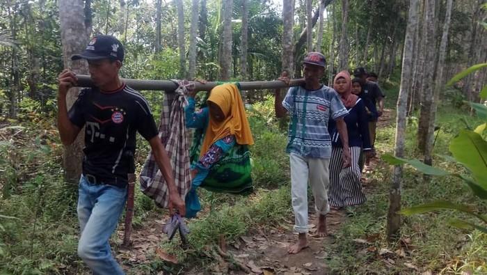 Ibu Hamil Ditandu Lewati Hutan di Pandeglang