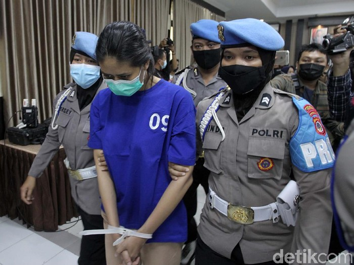 Satreskrim Polres Bantul telah menangkap wanita pengirim takjil beracun yang menewaskan bocah yang memakan takjil tersebut. Begini tampangnya.