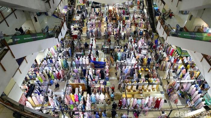 Sejumlah pusat perbelanjaan di Ibu Kota ramai didatangi pengunjung menjelang Lebaran. Salah satu pusat perbelanjaan yang jadi sasaran warga adalah Thamrin City.