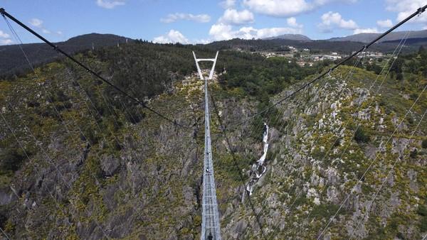Jembatan gantung khusus pejalan kaki yang berada di kawasan Arouca, Portugal, dibuka untuk wisatawan.