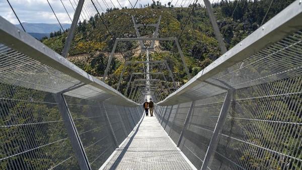 Jembatan gantung itu memiliki panjang mencapai 516 meter.