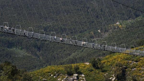 Meski baru dibuka, jembatan gantung khusus pejalan kaki itu pun ramai didatangi wisatawan.