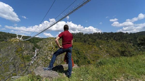 Diketahui, Jembatan 516 Arouca dibangun dengan mengusung gaya Tibet. Jembatan gantung itu ditopang oleh kabel baja dan dua menara besar berbentuk V yang memiliki tinggi 1.692 kaki.