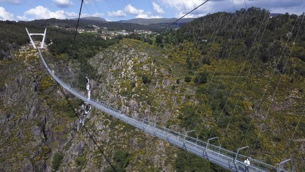 Proses pembangunan jembatan gantung yang didesain oleh Studio Itecons itu memakan waktu hingga 3 tahun.