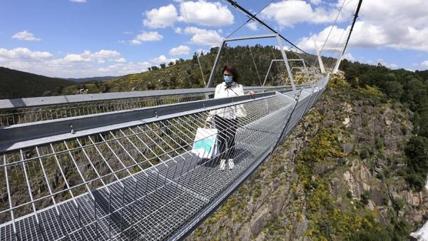 Pengunjungyang hendak melintasi jembatan gantung itu harus terlebih dahulu membayar tiket masuk seharga 12 Euro per orang.
