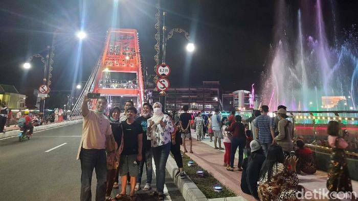 Jembatan Sawunggaling diresmikan pada Sabtu (1/5). Kini, jembatan itu menarik perhatian warga karena warna-warni lampunya yang indah.