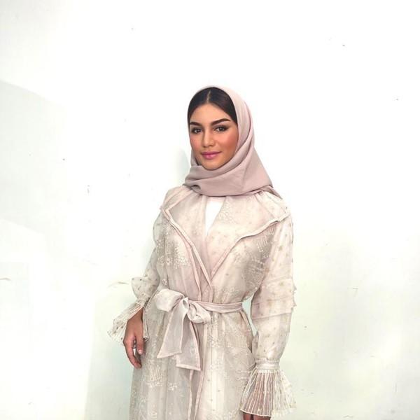 5 Gaya Jihane Almira Pakai Hijab Ala Wanita Lebanon, Cantik Memesona