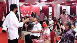 Pedagang di Thamrin City, Jakarta Pusat, menerima vaksinasi COVID-19. Presiden Jokowi pun turun langsung memantau proses vaksinasi para pelaku usaha perdagangan
