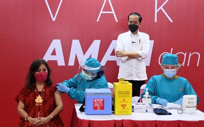 Pedagang di Thamrin City, Jakarta Pusat, menerima vaksinasi COVID-19 hari ini. Presiden Joko Widodo (Jokowi) pun turun langsung memantau proses vaksinasi para pelaku usaha perdagangan.