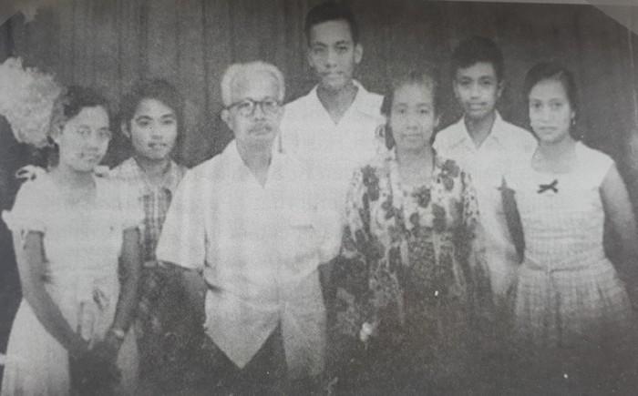 Ki Sarmidi Mangunsarkoro bersama istri dan anak-anaknya (repro buku Guru Patriot)