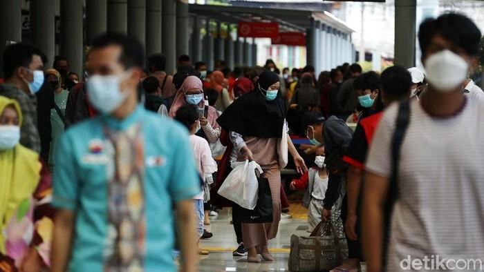 Jelang pemberlakukan larangan mudik, lonjakan penumpang terus terjadi Stasiun KA Pasar Senen, Jakarta. Begini potretnya.