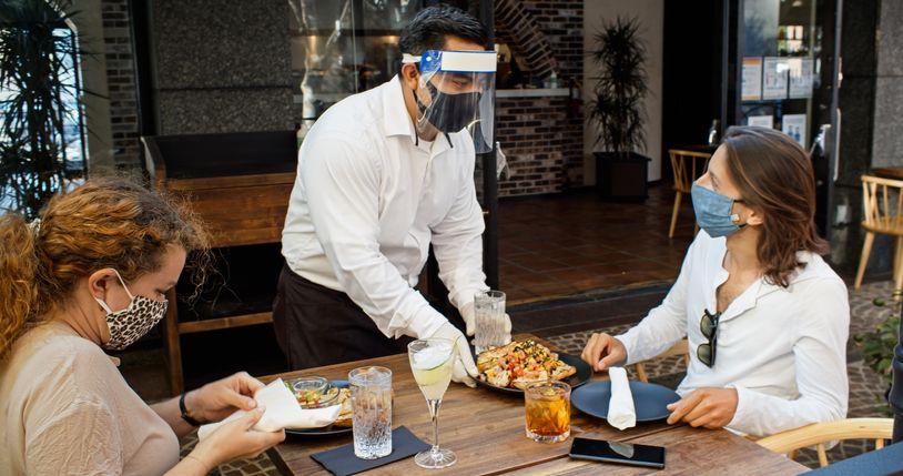 Waspada! Makan di Restoran Tetap Berisiko Tertular Virus Corona Meski Sudah Vaksin