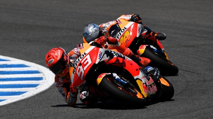 Repsol Honda Teams Spanish rider Marc Marquez (L) and Repsol Honda Teams Spanish rider Pol Espargaro ride during the MotoGP race of the Spanish Grand Prix at the Jerez Circuit in Jerez de la Frontera on May 2, 2021. (Photo by PIERRE-PHILIPPE MARCOU / AFP)