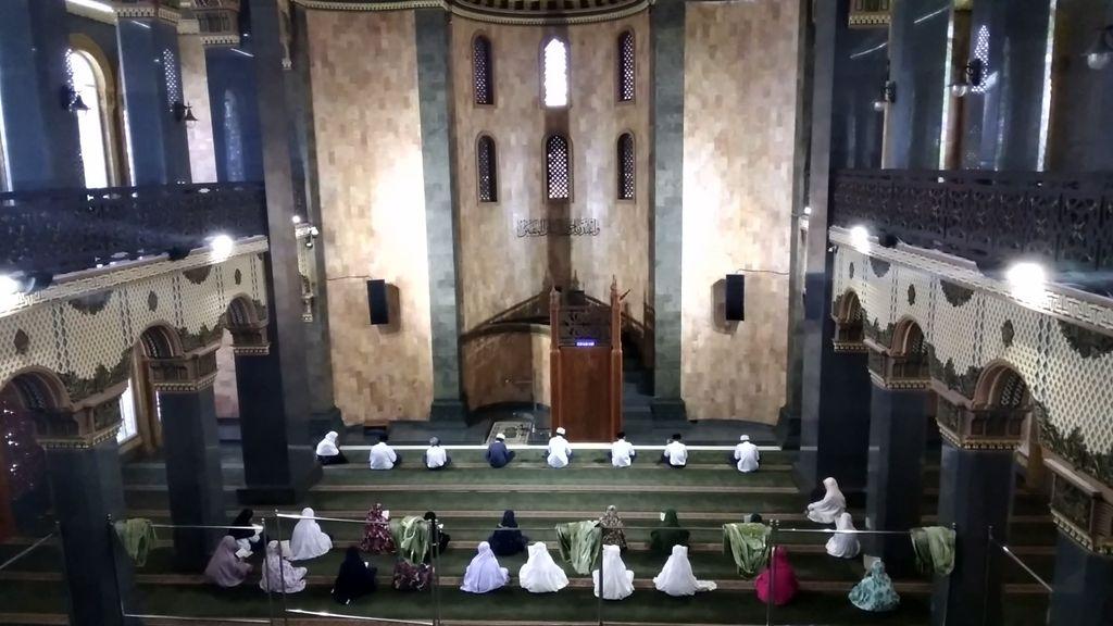 Masjid Agung Al Hidayah berdiri megah di Dusun Donowarih, Desa Karangan, Kecamatan Karangploso, Kabupaten Malang. Bangunan masjid ini mirip Hagia Sophia atau Aya Sofya, tempat ibadah di Istanbul, Turki.