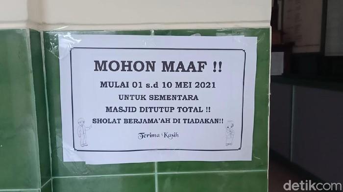 Masjid di Desa Pelemgadung, Kecamatan Karangmalang, Sragen, ditutup sementara terkait kasus Corona, Senin (3/5/2021).