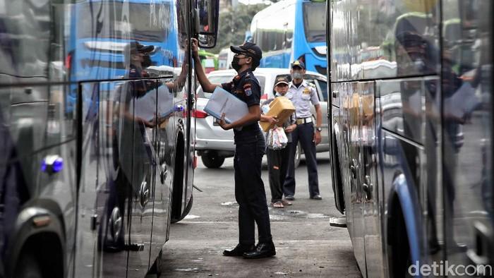 Sejumlah bus yang siap angkut pemudik di Terminal Tanjung Priok diperiksa kelaiakannya. Pemeriksaan dilakukan guna cegah terjadinya kecelakaan selama perjalanan