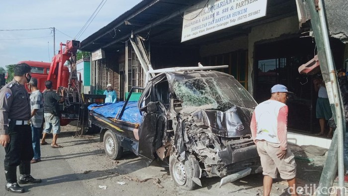 Mobil pikap tabrak kantor pengacara di jalan Yogya-Solo, Kecamatan Delanggu, Klaten, Senin (3/5/2021).