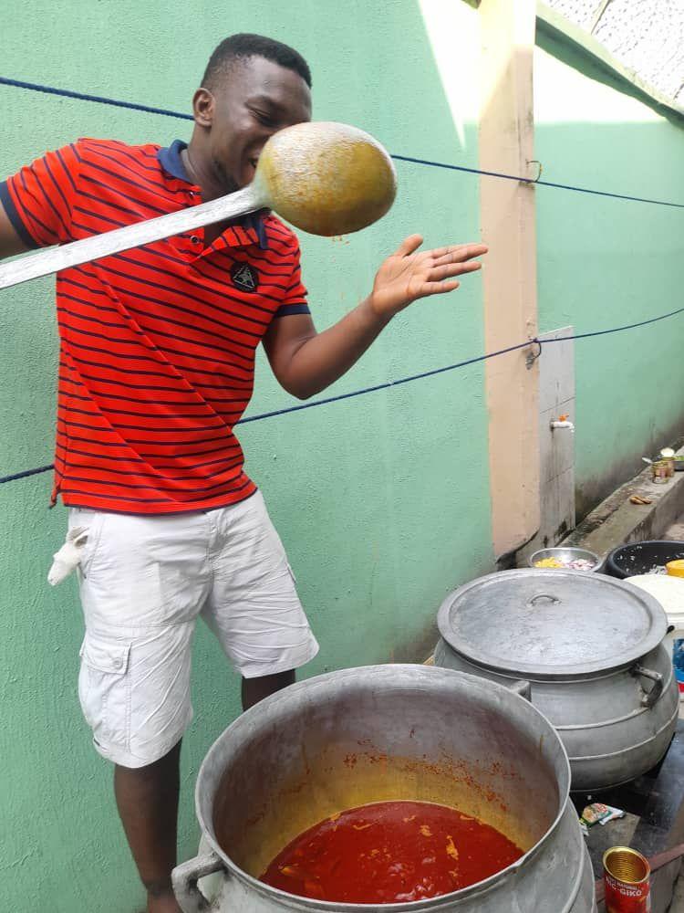 Mulia! Pria Ini Masak Lalu Bagikan Makanan dan Uang ke Pengemis