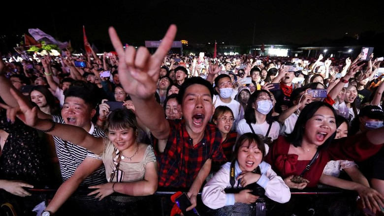 Fans attend a performance of a rock band at the Strawberry Music Festival during Labour Day holiday in Wuhan, Hubei Province, China May 1, 2021. REUTERS/Tingshu Wang     TPX IMAGES OF THE DAY