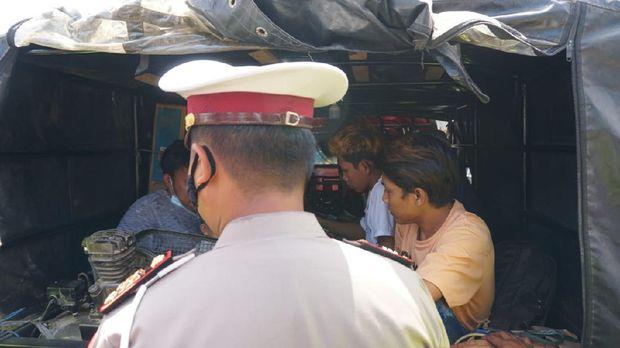 Polisi menghentikan pemudik naik pikap yang ditutup terpal di Jalan Lingkar Demak, Senin (3/5/2021)
