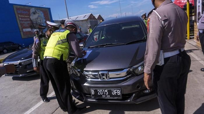 Petugas kepolisian memeriksa kelengkapan surat perjalanan pengendara di Exit Tol Setono, Pekalongan, Jawa Tengah, Senin (3/5/2021). Pemeriksaan jalur mudik oleh petugas gabungan tersebut dilakukan untuk pengetatan pergerakan warga jelang pelarangan masa mudik pada 6-17 Mei 2021 sebagai upaya pencegahan penyebaran COVID-19. ANTARA FOTO/Harviyan Perdana Putra/aww.