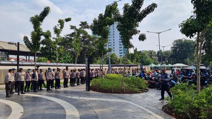Petugas kepolisian, TNI dan Satpol PP jaga Stasiun Tanah Abang
