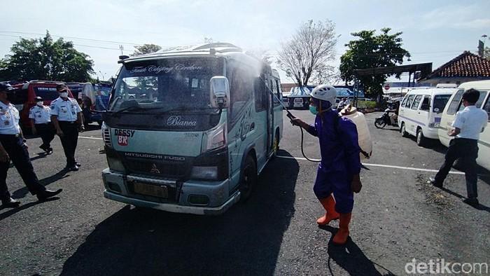 Petugas melakukan penyemprotan disinfektan ke angkutan AKDP di Terminal Ciamis