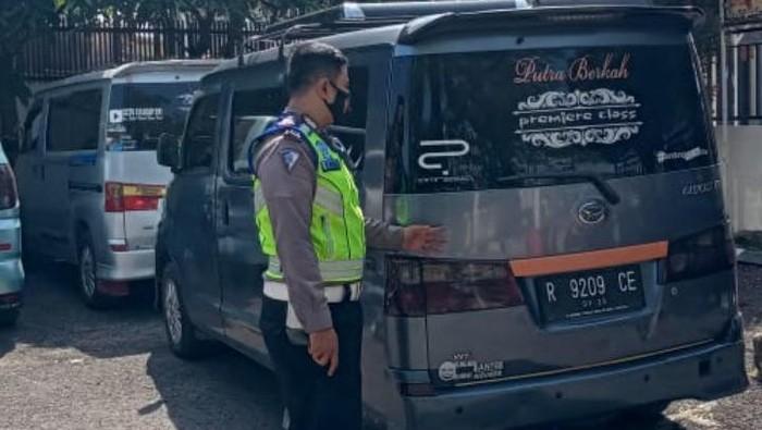 Polisi amankan travel gelap di Bandung.