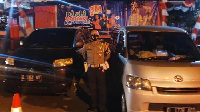 Polisi menahan dua mobil travel gelap di Bogor