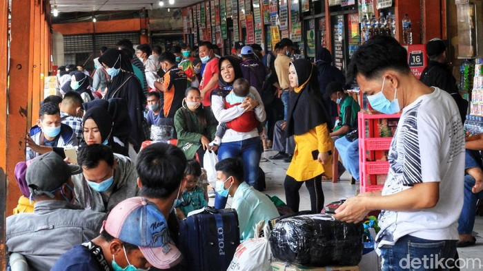 Peningkatan penumpang terjadi di Terminal Kalideres, Jakarta Barat, jelang pemberlakukan larangan mudik. Terminal tersebut tampak mulai padat.