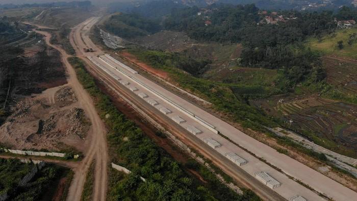 Pekerja mengoperasikan alat berat pada proyek tol Cileunyi-Sumedang-Dawuan (Cisumdawu) di Jatinangor, Kabupaten Sumedang, Jawa Barat, Senin (3/5/2021). Kepala BPJT Danang Parikesit mengatakan Tol Cisumdawu akan memberikan dampak penting dalam mempercepat perekonomian di Jawa Barat. Berdasarkan kajian studi kelayakan, economic internal rate of return (EIRR) Tol Cisumdawu mendapai 21,29 persen. ANTARA FOTO/Raisan Al Farisi/aww.
