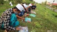 Puluhan Santri Melukis Kaligrafi di Atas Tanggul Sungai Wulan Kudus