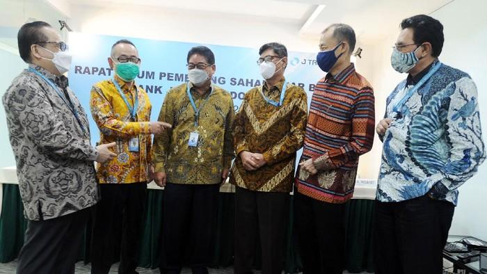 Direktur Utama PT Bank JTrust Indonesia Tbk. (J Trust Bank) Ritsuo Fukadai (2 kiri)  berbincang bersama jajaran direksi (dari kiri-kanan) Felix I Hartadi, R. Djoko Prayitno dan Helmi A Hidayat, serta Komisaris Independen Yohanes Santoso W (3 kanan) dan Sutirta Budiman (2 kanan) usai Rapat Umum Pemegang Saham Luar Biasa J Trust Bank, di Jakarta, Senin (3/5/2021).  Pada RUPSLB tersebut, Institusi keuangan ternama asal Jepang, J Trust Co.,Ltd. sebagai pemegang saham utama J Trust Bank, melakukan pergantian direksi dan komisaris, dengan menempatkan talenta terbaik untuk memperkuat manajemen guna mendukung pertumbuhan bisnis perusahaan.