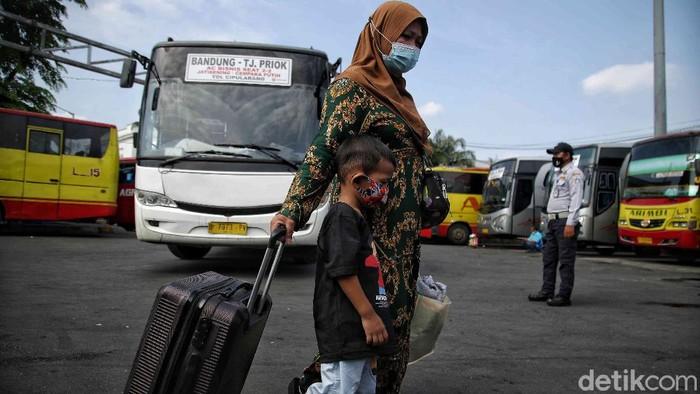 Ratusan pemudik mendatangi Terminal Tanjung Priok hari ini. Mereka datang untuk mudik lebih awal  sebelum larangan mudik Lebaran diberlakukan.