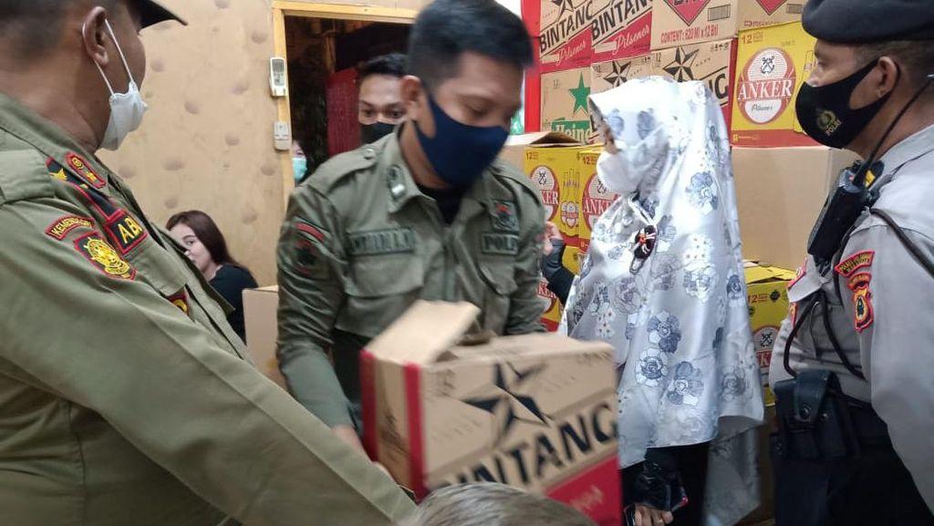 Satpol PP Makassar Razia Warung, Puluhan Botol Miras-Kursi Diamankan