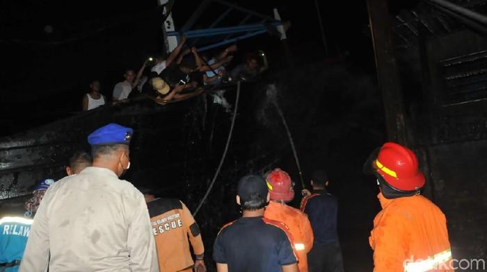Sebuah kapal yang sedang bersandar di pos pelabuhan Juwana II, Pati, terbakar, Senin (3/5/2021).