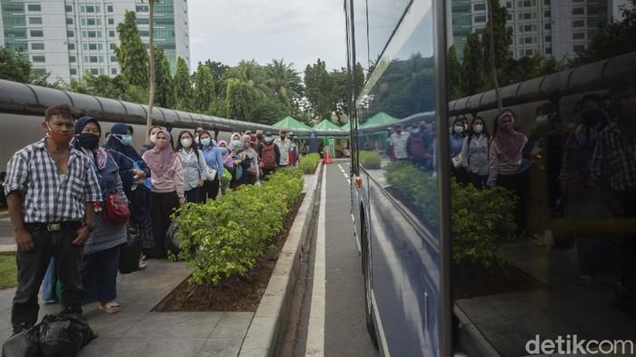 Warga mengantre di Stasiun Tanah Abang, Jakarta, Senin (3/5/2021). Pemerintah Provinsi (Pemprov) DKI Jakarta menyediakan layanan bus TransJakarta gratis bagi para penumpang yang tidak bisa naik KRL dari Stasiun Tanah Abang.