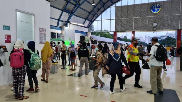 Suasana di Stasiun Palmerah (Farih-detikcom)