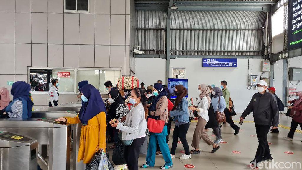 Warga Berlarian Jelang Batas Operasional KRL di Stasiun Tanah Abang