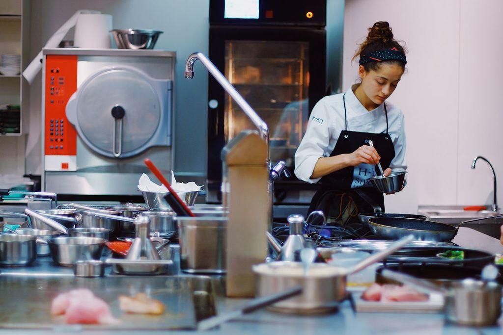 Tega! Pegawai Restoran Ini Dikurung dan Dilarang Makan Setelah Kerja