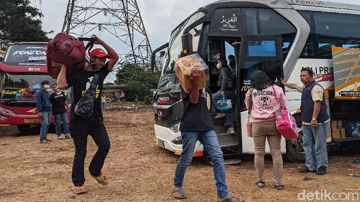 Jelang pemberlakuan larangan mudik pada 6 Mei mendatang sejumlah pemudik mulai datangi Terminal Ciledug, Tangerang. Mereka datang agar dapat mudik lebih awal.