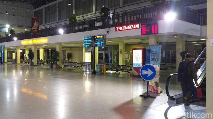 Menjelang masa larangan mudik, Terminal Purabaya yang berada di Bungurasih, Sidoarjo masih terpantau sepi. Kondisi seperti itu terpantau sejak sore hingga malam ini.