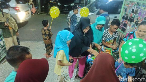 Tradisi turun temurun weh buweh atau saling menukar jajanan di malam 21 Ramadhan di Demak, Jawa Tengah.